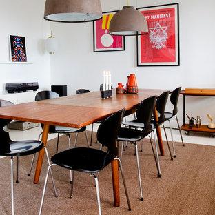Idées déco pour une salle à manger rétro fermée et de taille moyenne avec un mur blanc et un sol en bois peint.