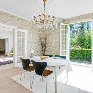 Ispirazione per una grande sala da pranzo tradizionale chiusa con pareti con effetto metallico e parquet chiaro