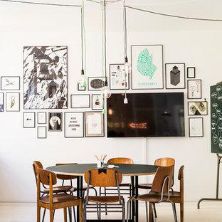 Cette photo montre une salle à manger scandinave fermée et de taille moyenne avec un mur blanc, aucune cheminée et un sol en linoléum.