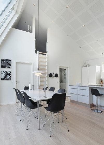 Scandinavian Dining Room by Byggefirmaet Knudsgaard