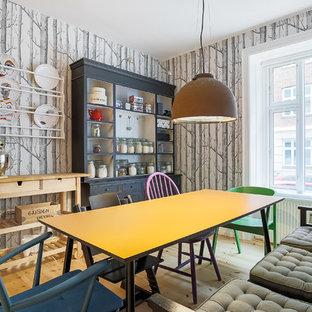 Esempio di una piccola sala da pranzo bohémian chiusa con parquet chiaro, pareti multicolore e nessun camino