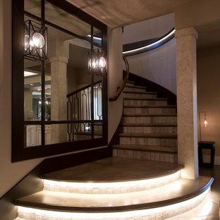 Diseño de escalera curva, clásica renovada, grande, con escalones de hormigón y contrahuellas con baldosas y/o azulejos