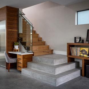 オレンジカウンティの木のコンテンポラリースタイルのおしゃれな階段 (木の蹴込み板、ガラスの手すり) の写真