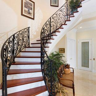 Idéer för en mellanstor exotisk svängd trappa i trä, med sättsteg i trä och räcke i metall