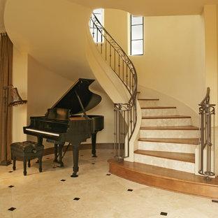オースティンの木の地中海スタイルのおしゃれな階段 (トラバーチンの蹴込み板) の写真