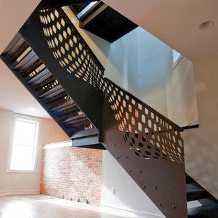Foto de escalera en L, industrial, de tamaño medio, sin contrahuella, con escalones de metal y barandilla de metal
