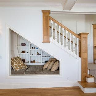 """Ispirazione per una scala a """"L"""" costiera di medie dimensioni con pedata in legno e alzata in legno verniciato"""
