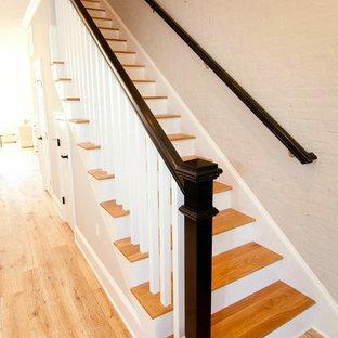 Imagen de escalera recta, tradicional, con escalones de madera y contrahuellas de madera