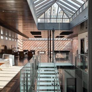 ニューヨークのガラスのコンテンポラリースタイルのおしゃれなオープン階段の写真