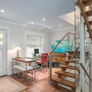 Imagen de escalera en U, de estilo americano, de tamaño medio, sin contrahuella, con escalones de madera y barandilla de vidrio