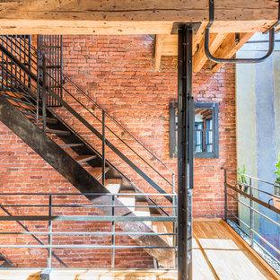 Bild på en mycket stor industriell trappa i trä, med öppna sättsteg