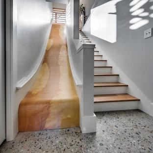Foto de escalera recta, bohemia, de tamaño medio, sin contrahuella, con escalones de madera
