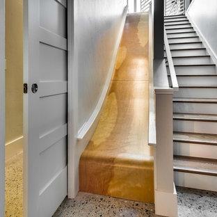 Diseño de escalera recta, ecléctica, de tamaño medio, sin contrahuella, con escalones de madera