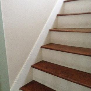 Ejemplo de escalera en L, de estilo de casa de campo, pequeña, con escalones de madera y contrahuellas de madera pintada