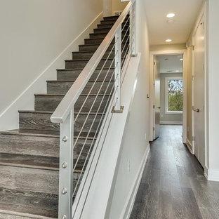 Ejemplo de escalera recta, clásica renovada, de tamaño medio, con escalones de madera y contrahuellas de madera