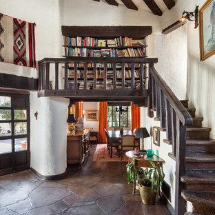 Diseño de escalera curva, de estilo americano, con barandilla de madera