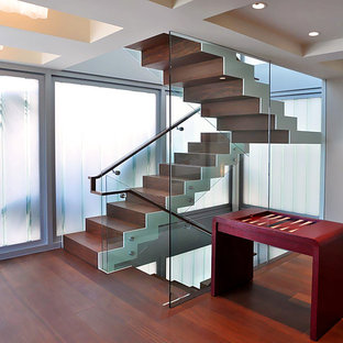Imagen de escalera suspendida, mediterránea, de tamaño medio, con escalones de madera, contrahuellas de madera y barandilla de vidrio