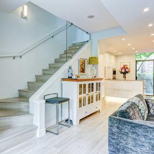 Modelo de escalera en L, actual, grande, con escalones con baldosas y contrahuellas con baldosas y/o azulejos