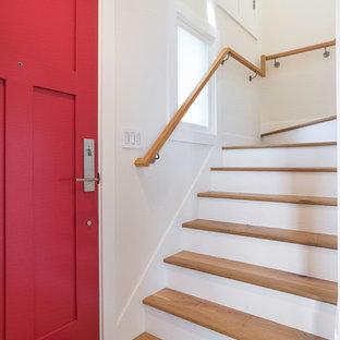 サンフランシスコの中サイズの木のトラディショナルスタイルのおしゃれな折り返し階段 (木の蹴込み板、木材の手すり) の写真