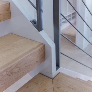 Cette photo montre un escalier romantique en L de taille moyenne avec des marches en bois et un garde-corps en matériaux mixtes.