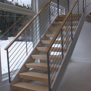 """Esempio di una scala a """"L"""" stile shabby di medie dimensioni con pedata in legno e parapetto in materiali misti"""