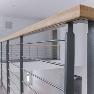 """Idee per una scala a """"L"""" shabby-chic style di medie dimensioni con pedata in legno e parapetto in materiali misti"""