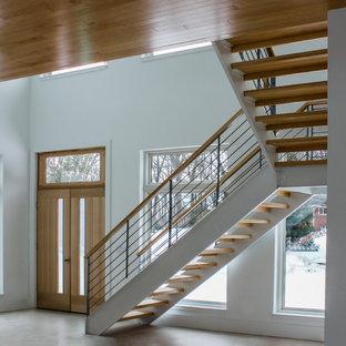 Diseño de escalera en L, romántica, de tamaño medio, con escalones de madera y barandilla de varios materiales