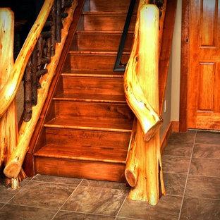 Ejemplo de escalera recta, tradicional, grande, con escalones de madera, contrahuellas de madera y barandilla de madera