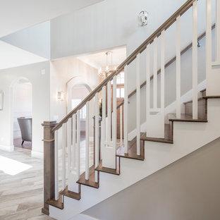Ejemplo de escalera recta, tradicional renovada, de tamaño medio, con escalones de madera y contrahuellas de madera