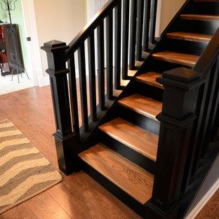 Foto de escalera recta, clásica, de tamaño medio, con escalones de madera y contrahuellas de madera