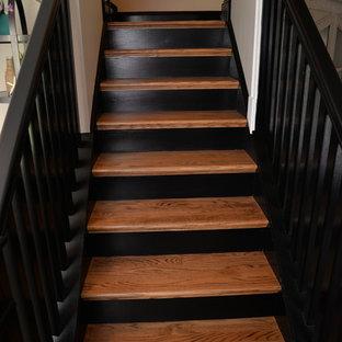 フィラデルフィアの中サイズの木のトラディショナルスタイルのおしゃれな直階段 (木の蹴込み板) の写真