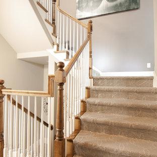 Imagen de escalera en U, de estilo de casa de campo, con escalones enmoquetados y contrahuellas enmoquetadas