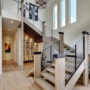 Exempel på en stor modern trappa i trä, med öppna sättsteg