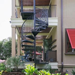 チャールストンの金属製のおしゃれならせん階段 (金属の蹴込み板) の写真