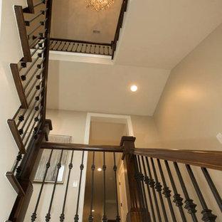 Foto de escalera de caracol, clásica, de tamaño medio, con escalones enmoquetados y contrahuellas enmoquetadas