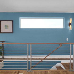 Imagen de escalera recta, contemporánea, con escalones de madera, contrahuellas de madera y barandilla de varios materiales