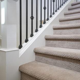 Стильный дизайн: п-образная лестница в стиле современная классика с ступенями с ковровым покрытием, ковровыми подступенками и перилами из смешанных материалов - последний тренд