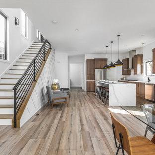 Ejemplo de escalera recta y madera, minimalista, de tamaño medio, con escalones de madera, contrahuellas de madera, barandilla de metal y madera