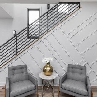Imagen de escalera recta y madera, moderna, de tamaño medio, con escalones de madera, contrahuellas de madera, barandilla de metal y madera