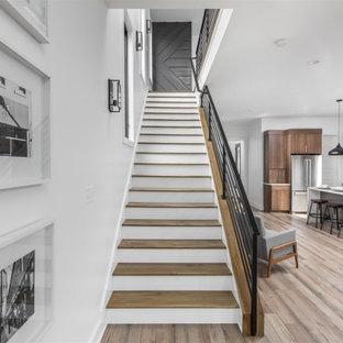 Diseño de escalera recta y madera, minimalista, de tamaño medio, con escalones de madera, contrahuellas de madera, barandilla de metal y madera