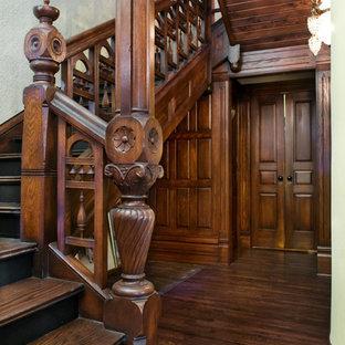 Diseño de escalera curva y papel pintado, clásica, grande, con escalones de madera, contrahuellas de madera, barandilla de madera y papel pintado