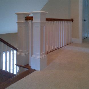 Ispirazione per una scala a rampa dritta american style di medie dimensioni con pedata in legno, alzata in legno e parapetto in legno