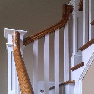 ワシントンD.C.の中くらいの木のおしゃれな直階段 (木の蹴込み板、木材の手すり) の写真