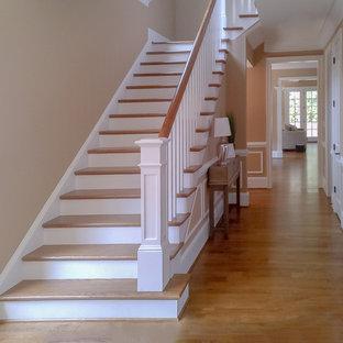 Ejemplo de escalera recta, de estilo americano, de tamaño medio, con escalones de madera y contrahuellas de madera