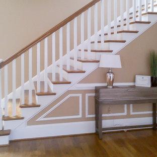 Идея дизайна: прямая лестница среднего размера в стиле кантри с деревянными ступенями, деревянными подступенками и деревянными перилами