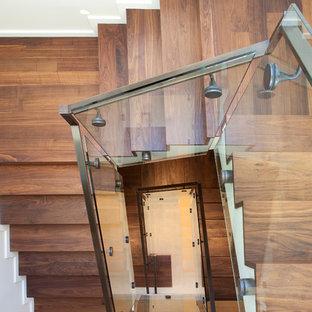 Ejemplo de escalera de caracol, actual, con contrahuellas de madera y escalones de madera