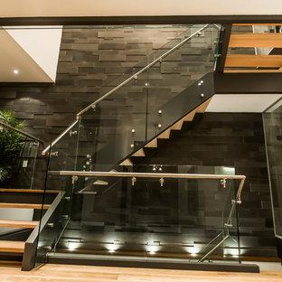 Modelo de escalera en L, minimalista, con escalones de madera