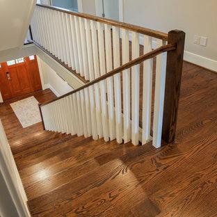 Ejemplo de escalera recta, tradicional renovada, grande, con escalones de madera y contrahuellas de madera