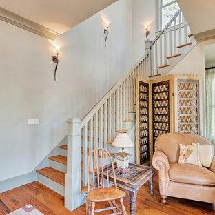 Diseño de escalera exótica con escalones de madera