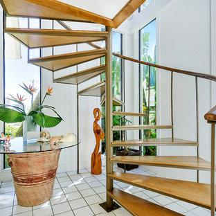 マイアミのトロピカルスタイルのおしゃれならせん階段の写真
